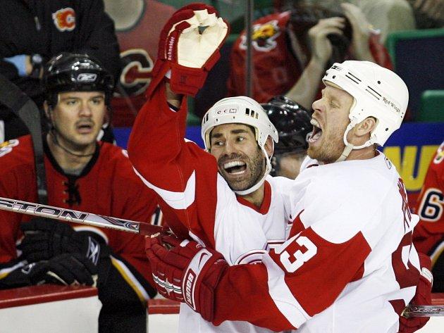 Hráč Detroitu Red Wings Johan Franzen (vpravo) se se svým týmovým kolegou Mathieu Schneiderem raduje z vítězné trefy.