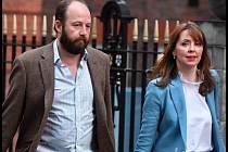 Nick Timothy a Fiona Hillová, dva důležité osoby z blízkosti premiérky Theresy Mayové, opouštějí vedení Konzervativní strany po volebním neúspěchu.