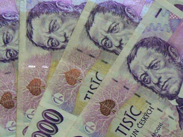 Ministr práce a sociálních věcí Petr Nečas chce zvednout platy státních zaměstnanců o 2,7 miliardy korun. Přednesl to na mimořádném zasedání poslanecké sněmovny během jednání o státním rozpočtu.