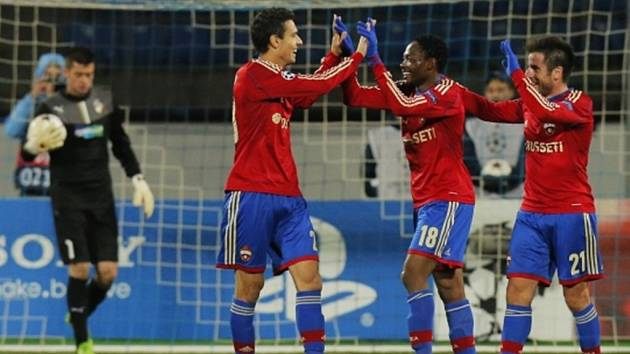 Fotbalisté CSKA Moskva se radují z gólu do sítě nešťastného Kozáčika.