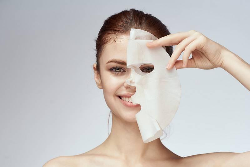 Hitem jsou i textilní masky. Jde o bavlněnou látku, která je bohatě napuštěná vitaminy, kyselinou hyaluronovou a jiným ingrediencemi a přikládá se na obličej. Nechte ji působit, pleti dodá výživu až na několik dní.