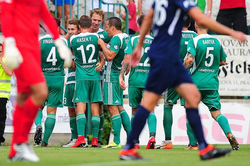 Fotbalisté Bohemians 1905 se radují z gólu.