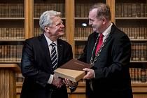 Bývalý německý prezident Joachim Gauck obdržel od rektora Univerzity Karlovy Tomáše Zimy Cenu Karla IV.