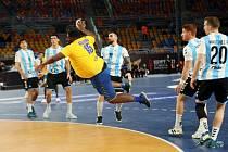 Gauthier Mvumbi (ve žlutém) skóruje proti Argentině.