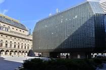 Budova s ikonickou skleněnou fasádou navrženou Stanislavem Libenským v době svého vzniku budila rozporuplné reakce.