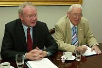 Vlevo vicepremiér Martin McGuinness z Sinn Fein, vedle něj je premiér Ian Paisley.