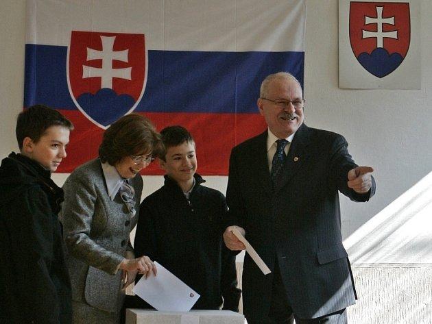 Prezident Ivan Gašparovič s manželkou Silvií a vnuky u voleb.