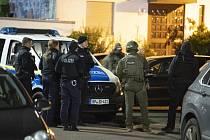 Němečtí policisté zasahující na místě střelby v Hanau 20. února 2020