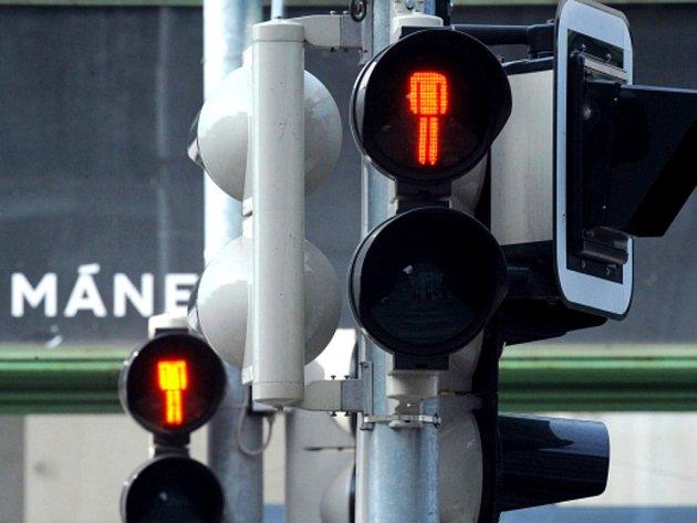 Příznivci výtvarníka Romana Týce začali přelepovat panáčkům na semaforech hlavy. Na snímku je semafor na Masarykově nábřeží v Praze.