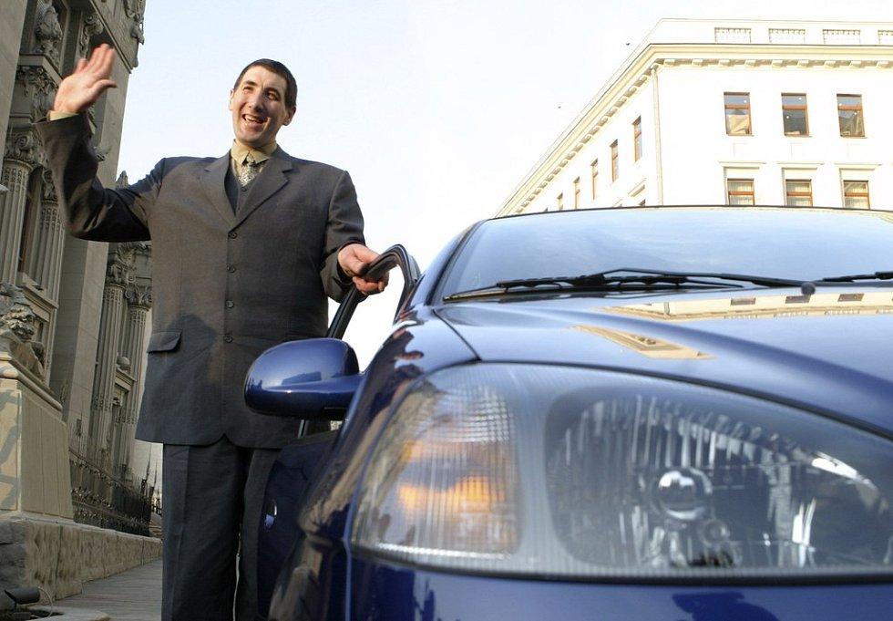 Ukrajinec Leonid Stadnyk, se svými 258 centimetry nejvyšší muž na světě, stojí u auta, které mu v pondělí věnoval ukrajinský prezident Viktor Juščenko.
