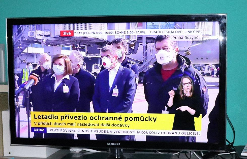 Členové vlády včetně premiéra Andreje Babiše se nehledě na karanténu vydali na letište, kam přiletěl z Číny speciál se zdravotními prostředky.