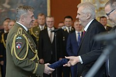 Prezident Miloš Zeman (na snímku vpravo) 28. října při příležitosti státního svátku jmenoval na Pražském hradě osm nových generálů. Do hodnosti generálporučíka byl jmenován Aleš Opata, zástupce náčelníka Generálního štábu (vlevo).