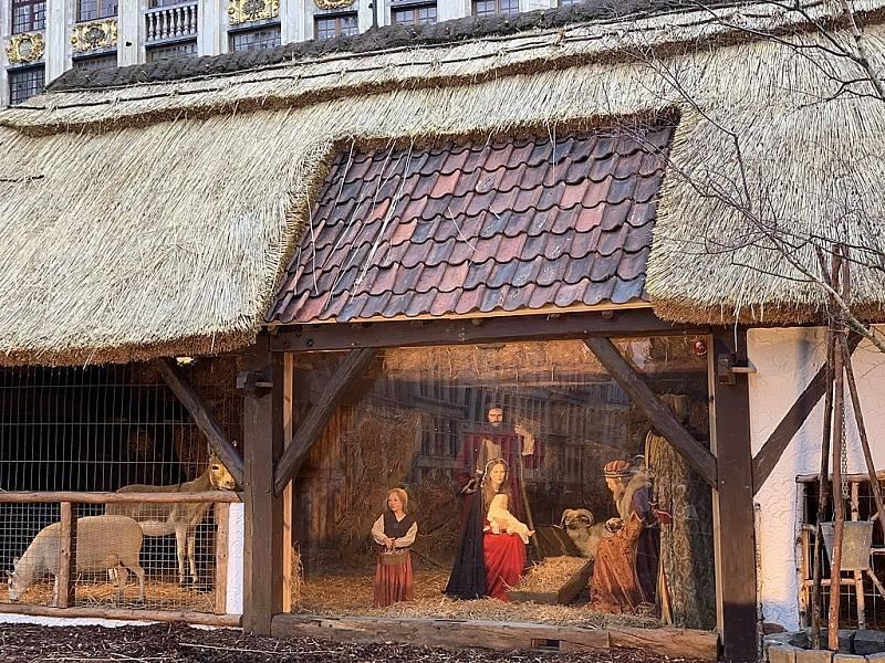 Ani to ale není pravda, jesličky a výjev Ježíškova narození stále tvoří výraznou součást Vánoc. Na snímku jesličky na Velkém náměstí (Grande-Place) v Bruselu o Vánocích 2019