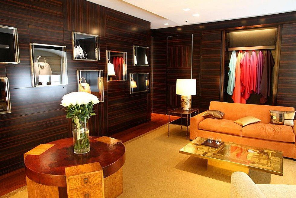 Interiér obchodu značky Louis Vuitton ve Vídni. Tato místnost slouží zákazníkům, kteří si objednávají zboží na míru.