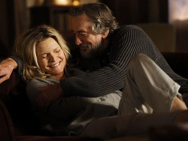 MAFIÁNOVI. Michelle Pfeiffer a Robert De Niro jako drsňáci, kteří se v ospalé normandské díře ukrutně nudí. Mají ale aspoň víc času na sebe.