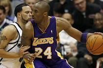 Ve čtvrtém zápase série mezi Lakers a Jazz měl Kobe Bryant (vpravo) nad Deronem Williamsem (vlevo) navrch.
