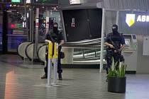 Na amsterodamském mezinárodním letišti Schiphol a v jeho okolí byla dnes ráno zpřísněna bezpečnostní opatření.