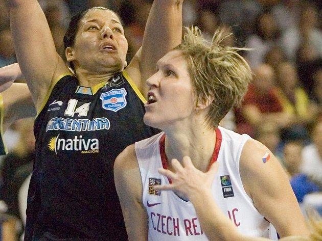Jana Veselá (vpravo) v duelu s Argentinou na mistrovství světa.