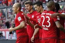 Fotbalisté Bayernu Mnichov slaví gól v síti Stuttgartu