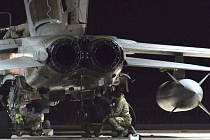 Britské ministerstvo obrany potvrdilo, že letouny RAF dnes podnikly vůbec první nálety na pozice hnutí Islámský stát v Sýrii.