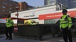 Policisté hlídkují před londýnskou Nemocnicí svatého Tomáše, kde je hospitalizovaný britský premiér Boris Johnson