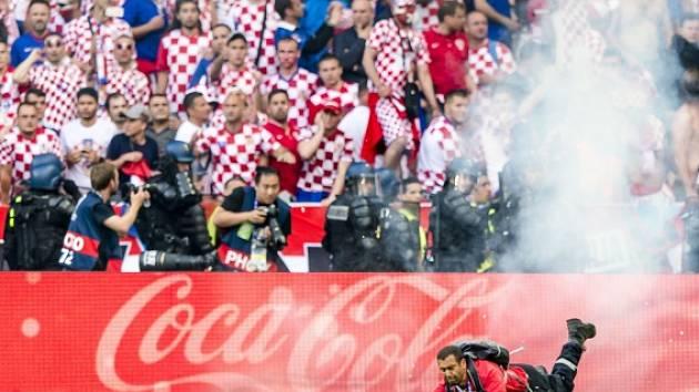 Chorvatští fanoušci házeli na hrací plochu pyrotechniku.