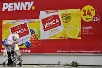 Lidé starší 65 let nakupovali 19. března 2020 dopoledne v obchodě s potravinami v Lysé nad Labem na Nymbursku. V prodejnách potravin, drogeriích a lékárnách smějí být mezi 10:00 a 12:00 jen tito zákazníci. Nařizuje to mimořádné opatření proti šíření novéh
