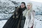 Kit Harington jako Jon Sníh a Emilia Clarke jako Daenerys Targaryen ve scéně ze seriálu Hra o trůny (Game of Thrones)