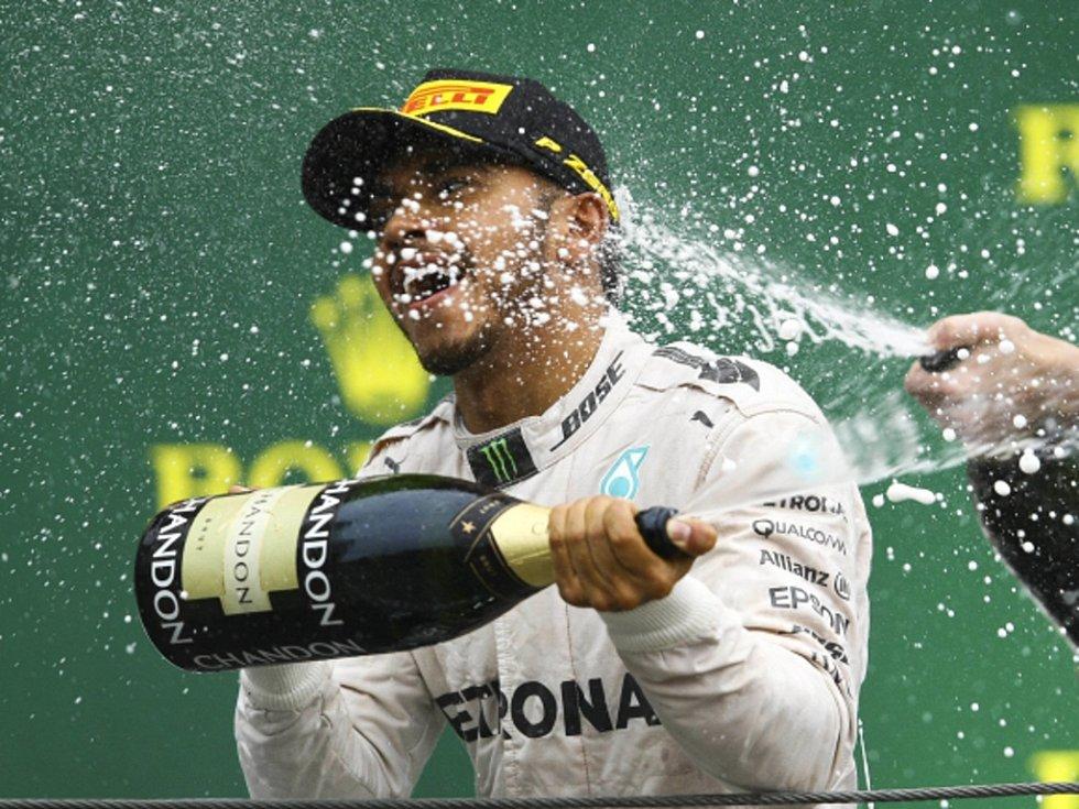 Vítězná sprcha. Lewis Hamilton slaví triumf ve Velké ceně Brazílie.