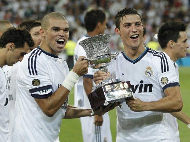 Hvězdy Realu Madrid Pepe (vlevo) a Cristiano Ronaldo s trofejí pro vítěze španělského Superpoháru.