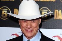 Larry Hagman, představitel bezskrupulózního ropného magnáta J.R. Ewinga ze seriálu Dallas.