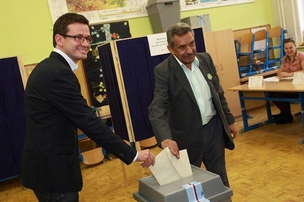 Ondřej Liška, předseda Strany zelených (vlevo) a Štefan Tišer, předseda Strany rovných příležitostí (SRP) spolu vhodili hlasovací lístky do urny vprvní den voleb do Poslanecké sněmovny 25.října vpražské základní škole Emy Destinové.