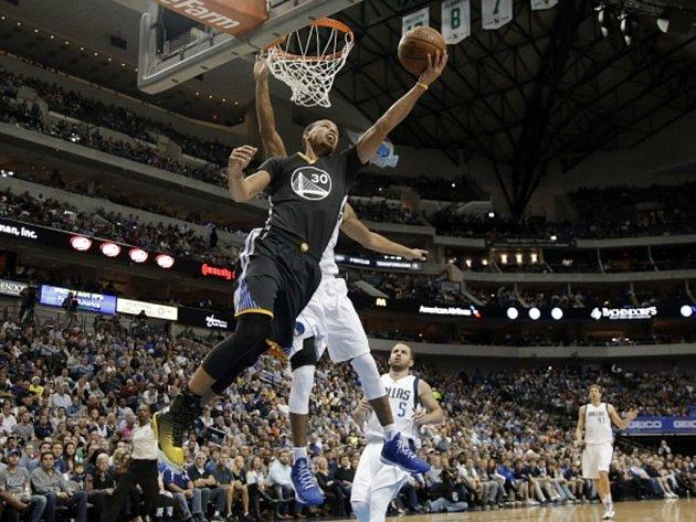 Stephen Curry z Golden State (vlevo) se snaží prosadit proti Dallasu.