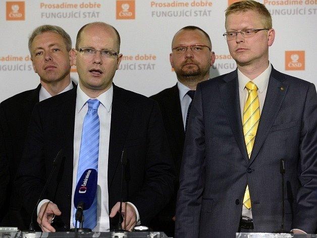 Předseda ČSSD Bohuslav Sobotka (vpředu vlevo) a předseda KDU-ČSL Pavel Bělobrádek. V pozadí vlevo je poslanec ČSSD Milan Chovanec a vpravo vzadu Jan Bartošek z KDU-ČSL.