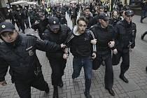 Policisté zatýkají opozičního demonstranta v centru Moskvy (snímek ze 17. srpna 2019)