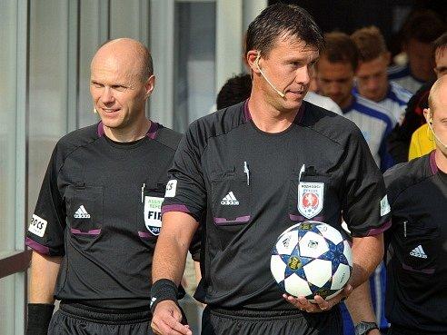Zleva rozhodčí Martin Wilczek a Pavel Franěk.
