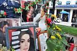 Lidé uctívají památku Michaela Jacksona.