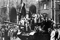 Symbolem maďarské revoluce byla národní vlajka s tradičním královským znakem, popřípadě jen s vyřízlým znakem komunistickým