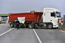 Kamiony blokují 10. ledna 2020 slovensko-český dálniční hraniční přechod Brodské-Břeclav.