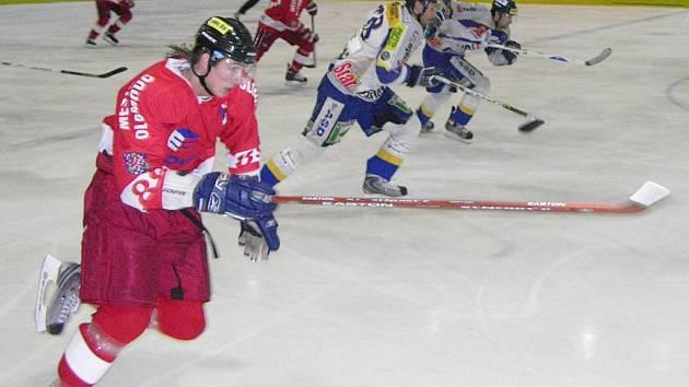 Bruslařský souboj olomouckého Bordowského (červený dres) a šumperských hráčů Kloze a Antonoviče.