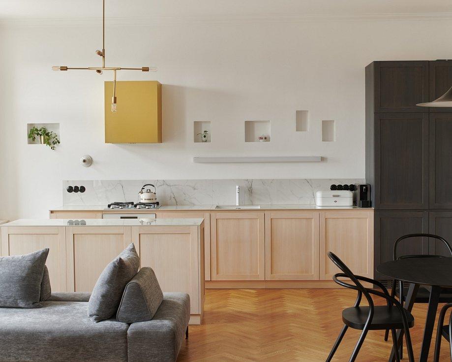 Byt ve vinohradském měšťanském domě sice prošel rekonstrukcí v 90. letech minulého století, ale noví majitelé se rozhodli pro radikální renovaci.