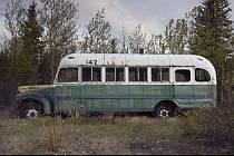 Tajemný a zrádný magic bus ještě na svém místě na někdejší Stampede Trail