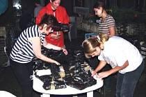 PO POVODNÍCH V ROCE 2002 měli restaurátoři s vzácnými tisky spoustu práce. Museli je očistit od bláta, zmrazit, aby zabránili jejich plesnivění, a teprve potom je obnovovat.