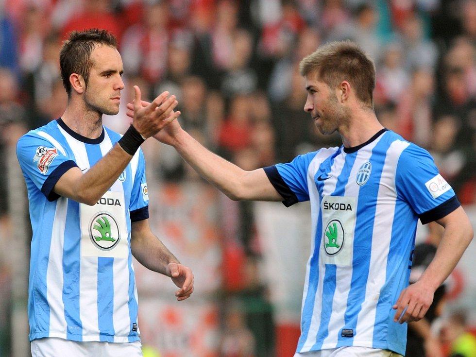Fotbalisté Mladé Boleslavi Jasmin Ščuk (vlevo) a Pavel Šultes se radují z gólu proti Slavii.