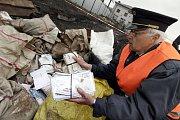 Náměstek vrchního přednosty uzlové železniční stanice Břeclav Zdeněk Kristián ukazuje části dopisů, které 14. března dělníci nalezli v takzvaném poštovním tunelu na železničním nádraží v Břeclavi.