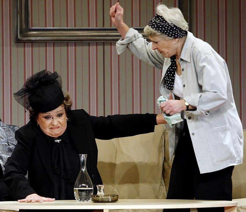 Herečky Jiřina Bohdalová (vlevo) a Jana Štěpánková na kostýmové zkoušce hry Paní plukovníková