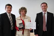 Pavlína Bidlová převzala ocenění Gentleman silnic od policejního prezidenta Oldřicha Martinů (vlevo) a generálního ředitele České pojišťovny Ivana Vodičky.