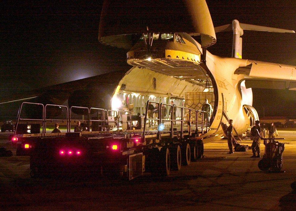 Pracovníci amerického letectva připravují 3. února 2001 dodávku humanitární pomoci určenou pro Gudžarát