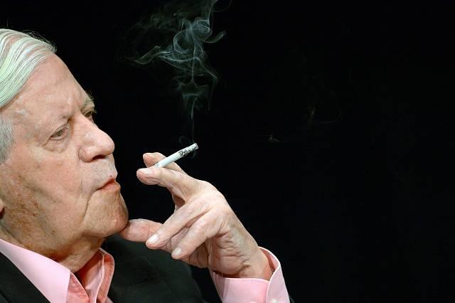 Helmuth Schmidt se s cigaretami nerozloučil ani po devadesátce.