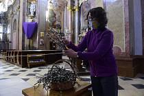 Žena si vybírá na Květnou neděli v bazilice Navštívení Panny Marie na Svatém Kopečku u Olomouce ratolesti posvěcených kočiček (na snímku z 5. dubna 2020)